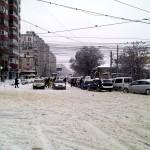 O hoardă de mașini gata de atacat intersecția inghețată